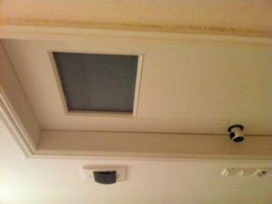 Daedalus Hotel: Door to smallest bathroom ever!