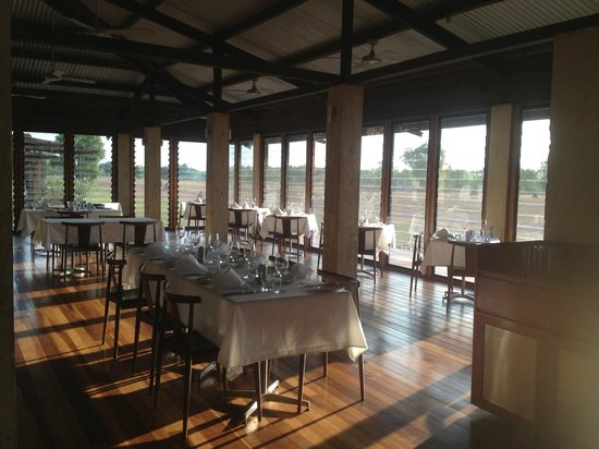 Wildman Wilderness Lodge: Clean and well set out dining room
