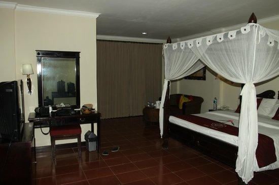 Puri Saron Hotel Baruna Beach Cottages Bali: Kamar tidur yang luas