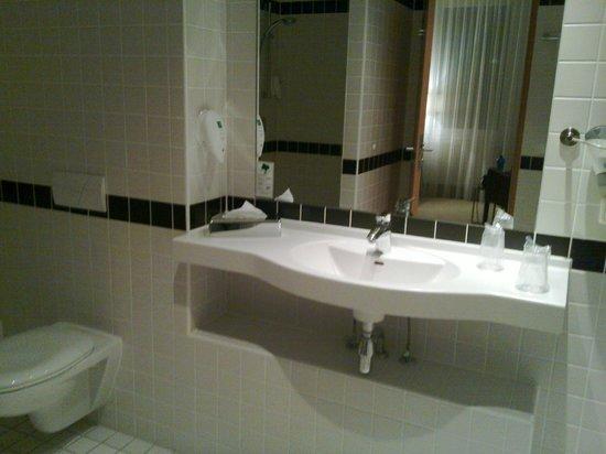 Azimut Hotel München City Ost: Ванная комната