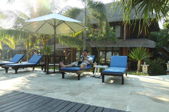 Puri Saron Hotel Baruna Beach Cottages Bali: Tempat berjemur di pinggir kolam