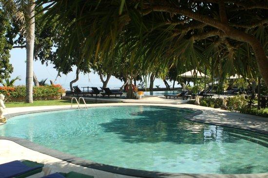 Puri Saron Hotel Baruna Beach Cottages Bali : Kolam renang anak2 di depan kamar
