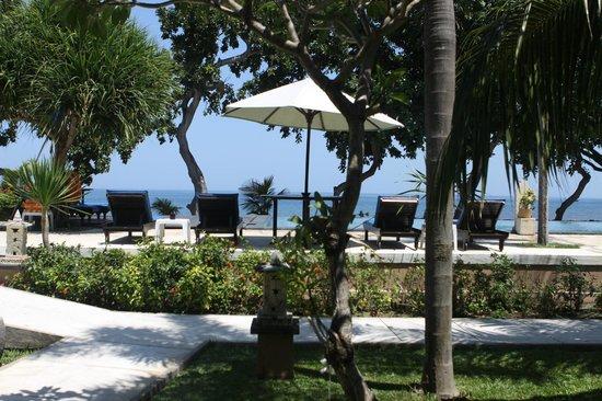 Puri Saron Hotel Baruna Beach Cottages Bali : Pemandangan kolam renang dan pantai dari dalam kamar