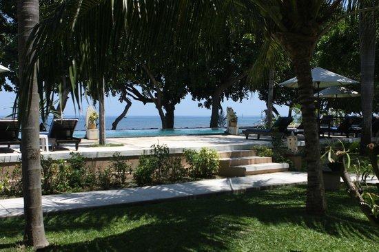Puri Saron Hotel Baruna Beach Cottages Bali: Pemandangan kolam renang dan pantai dari dalam kamar