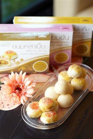 Suphan Buri, Tailandia: Set Premium : เปี๊ยะหอมไข่เค็ม, เปี๊ยะนมข้นไส้มะพร้าวหอม , หล่าเปี๊ยะ ถั่ว งา ฟัก ไข่