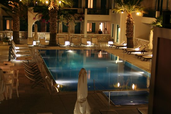 Rose Bay Hotel: Pool area at night