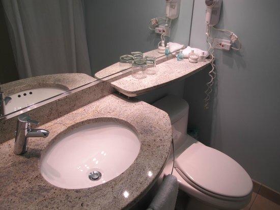 Club Quarters Hotel, Wacker at Michigan : Basic Bathroom