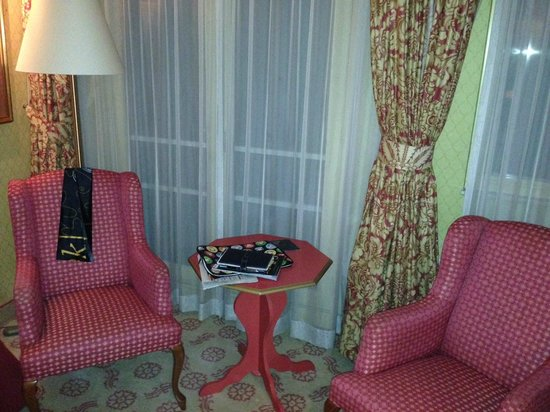 Carlton Ambassador Hotel: the room