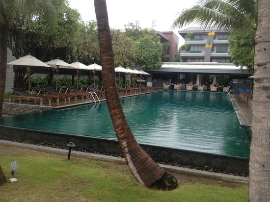 Rest Detail Hotel Hua Hin: Pool from the beach end