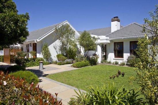 Dongola Guest House: Front Garden