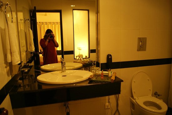 The Tall Trees Munnar: BathRoom