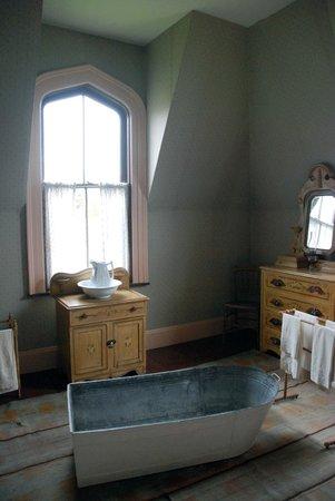 Sherbrooke Village : Residence with bathtub