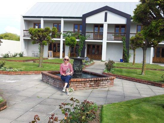 Marlborough Vintners Hotel: The garden area.
