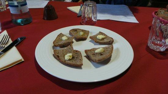 Osteria della Pioda: Crostini di segale al burro salato