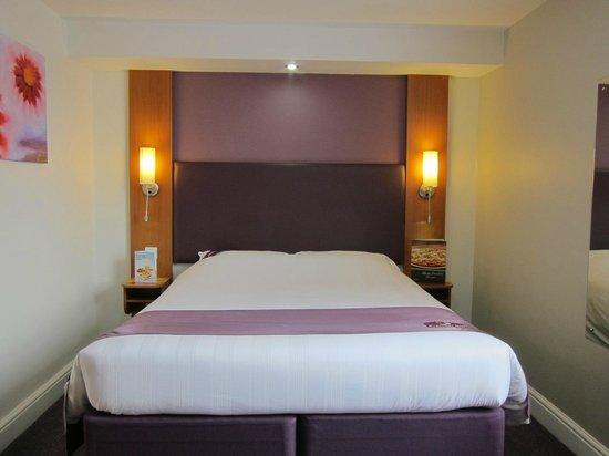Premier Inn London Kensington (Olympia) Hotel: Bed