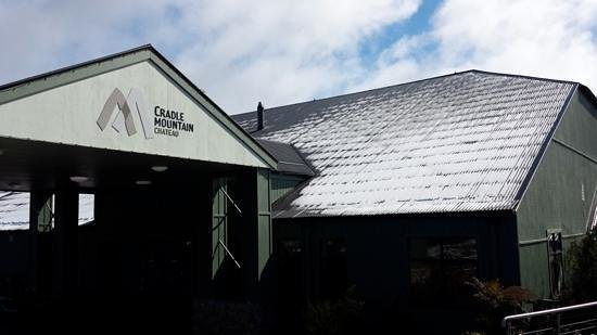 Cradle Mountain Hotel: beautiful snow covered morning - entrance