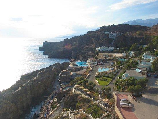 Hotel Calypso Cretian Village : Вид на отель с восточной скалы