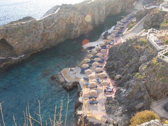 Hotel Calypso Cretian Village: Вид на бухту с восточной скалы