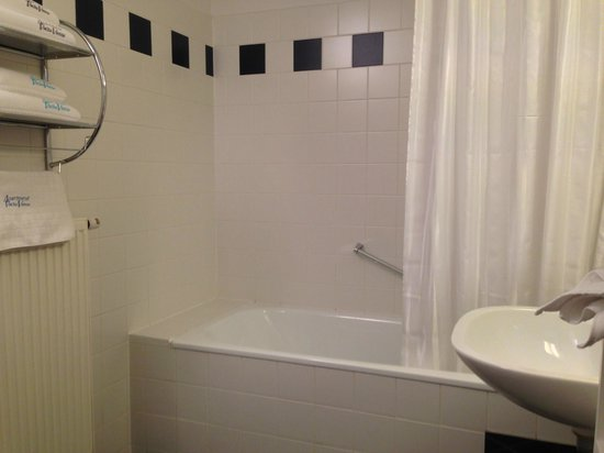 Apartment Vacha Vogtgasse: This is the bath room, quiet large