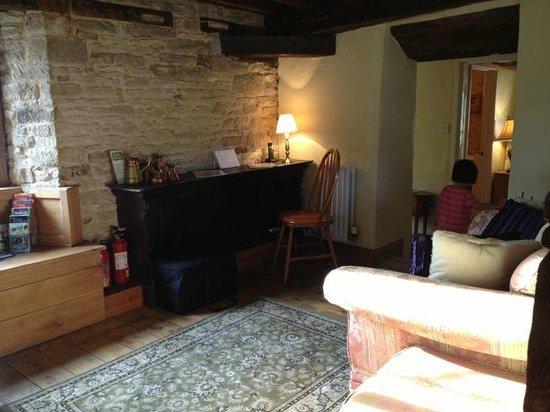 The Angel at Burford: upstairs retreat - corner
