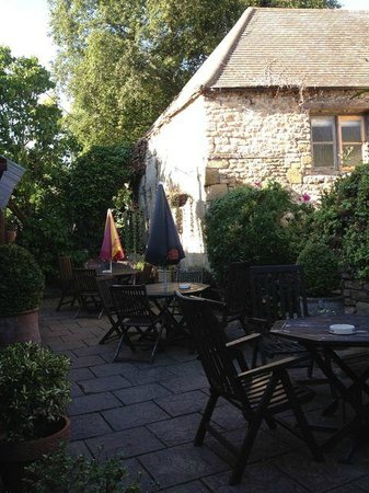 The Angel at Burford: angel courtyard