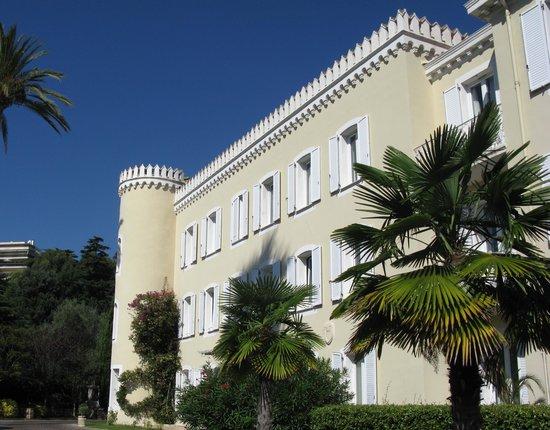 Hôtel Château De La Tour : View on the hotel from its own parking