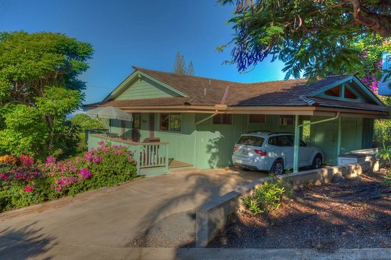 Dreams Come True on Maui Bed and Breakfast: Ocean view cottage with carport