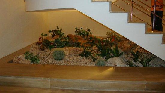 Hipotels Marfil Playa: Décoration sous les escaliers
