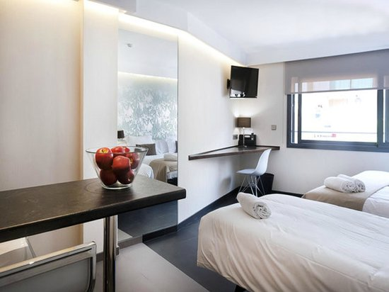 Barcelona Fifteen Luxury Hostel : Ample room with large 40' TV, free internet WI-FI