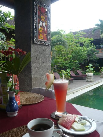 Puri Garden Hotel & Restaurant : A cool drink by the pool