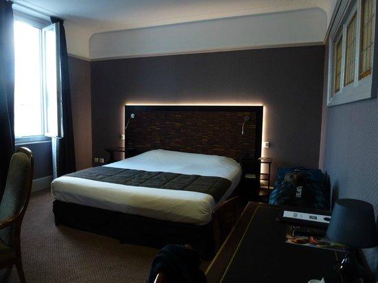 Grand Hotel de Tours: Spacious & comfortable bedroom