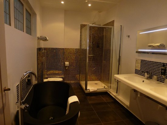 Grand Hotel de Tours: Well appointed & contemporary bathroom