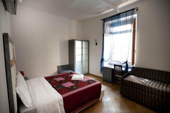 Gisa Rooms B&B: camera matrimoniale con divano ,scrivania