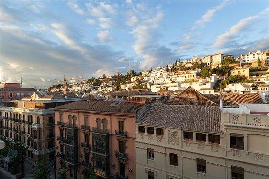Hostal Londres: Вид с террасы отеля на Гран Виа де Колон и Альбайсин