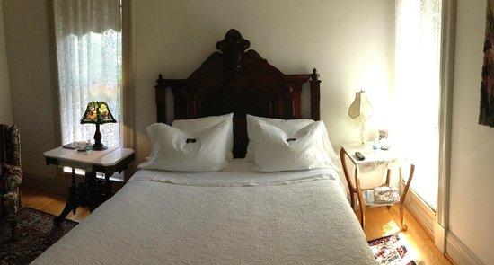 Chelsea House Victorian Inn: Holmes Room