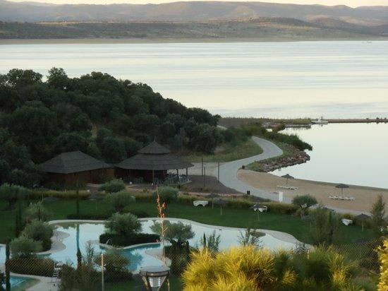 Vincci Valdecanas Golf Hotel: Südseite Blick auf Pools und See