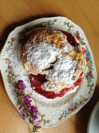 Loch Lein Country House : Delicious home-made scones at the old Dinis Cottage Muckross Lake