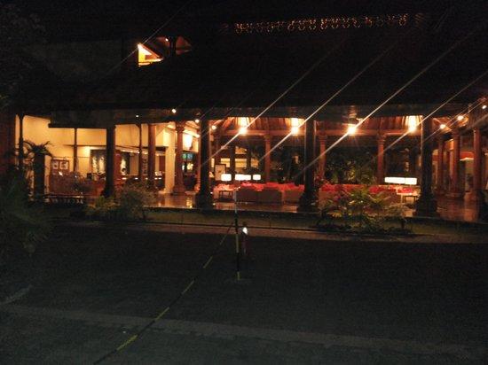 Sanur Paradise Plaza Hotel: Hotel bij nacht.