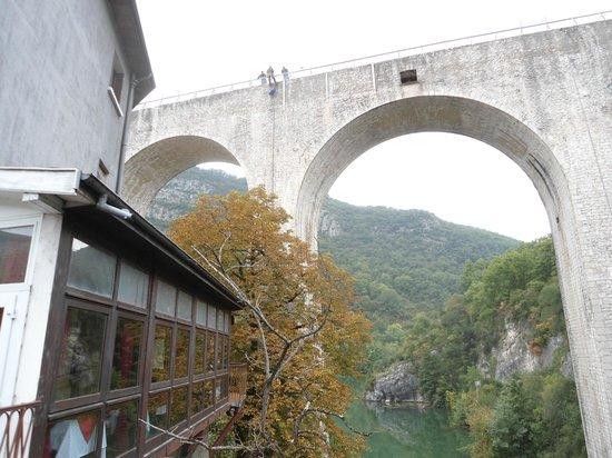 Hotel Restaurant Rome: Das Restaurant mit Aussicht liegt hinter diesen Fenstern.