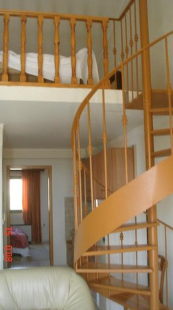 Bell Air Hotel: Stairs leading to the loft in the room