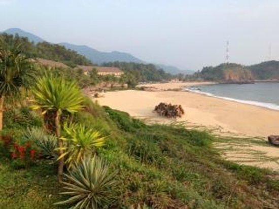 AVANI Quy Nhon Resort & Spa: Strand, links die Zimmer
