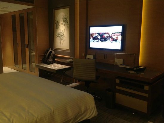 Kerry Hotel Beijing: Big LCD TV.
