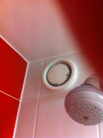 Ibis Styles Blackpool: Bath ventilation in room 222