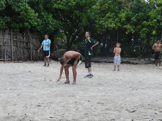 Hotel Medhufushi: Foot avec les serveurs du  Medhufushi
