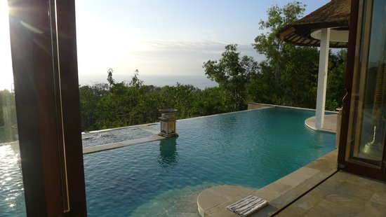 Lagen Cliff Villa Bali : View is great, but condition isn't.