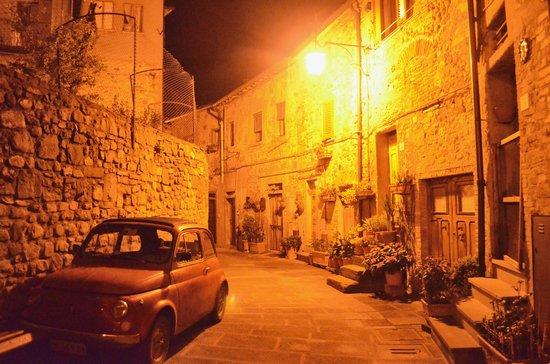 I Bastioni: Anghiari by night