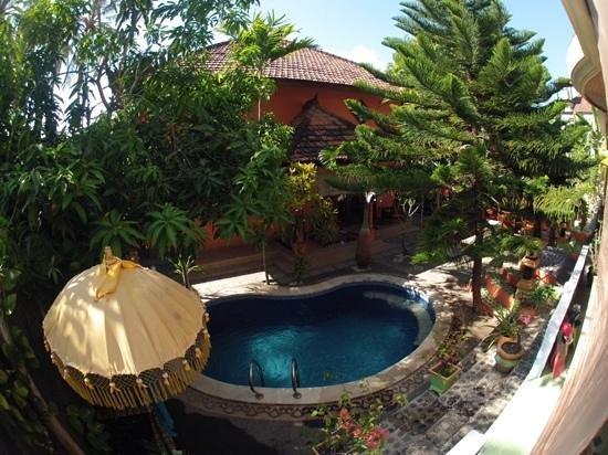Kubu Pilatus Inn: Pool & courtyard