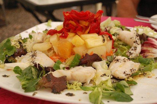 Casa Torcuato: Ensalada de bacalao y frutas tropicales