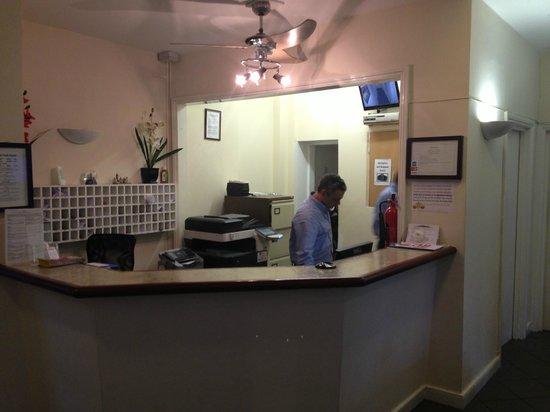 Gloucester Hotel : reception fantasma che poi ti dirotta in altre strutture fatiscenti