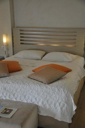 Iria Beach Art Hotel: Comfortable bed